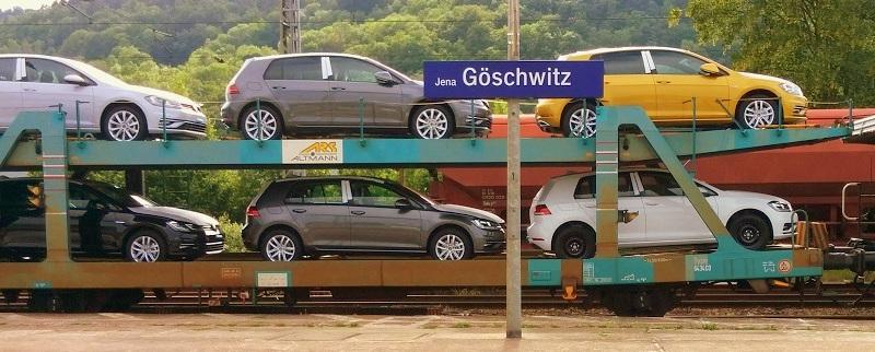 """Autos """"parken"""" am Gleis 1 des Bahnhofs Jena-Göschwitz."""