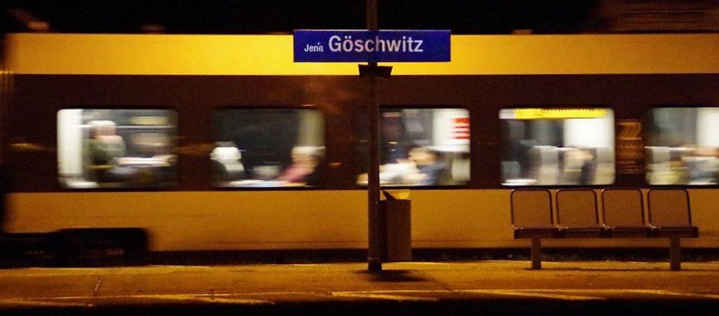 Bahnhof Jena-Göschwitz bei Nacht.