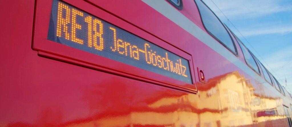 Der RE wartet am Gleis 3 in Jena-Göschwitz.